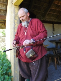 06-20 Arhus-Viking ring fortress-swordsmith demo-2