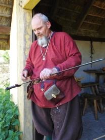06-20 Arhus-Viking ring fortress-swordsmith demo-2