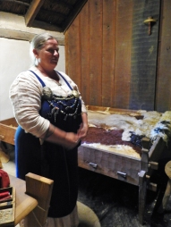 06-22 Arhus-Viking ring fortress-longhouse cook & bed-2
